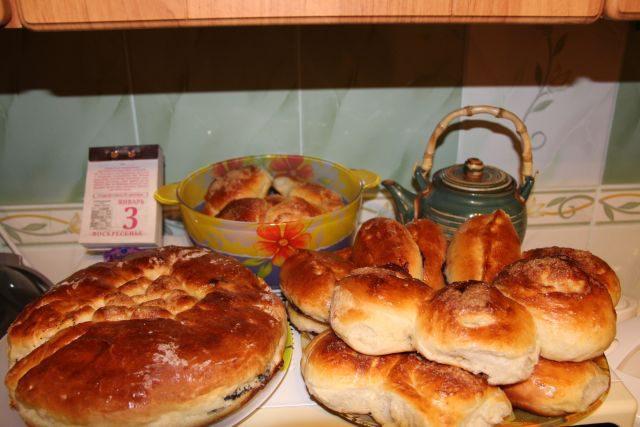 Рулет с маком, булочки и пирожки с черёмухой.