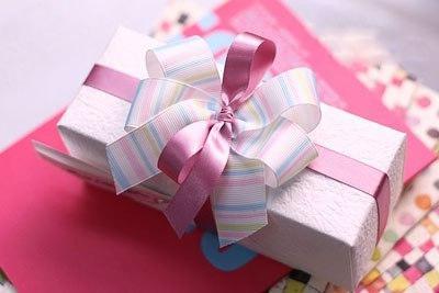 Как красиво завязать ленточку на коробочке с подарком!