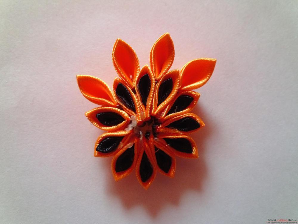 Этот мастер-класс научит как сделать брошь из георгиевской ленты, оригинально украсят которую цветы канзаши.. Фото №11