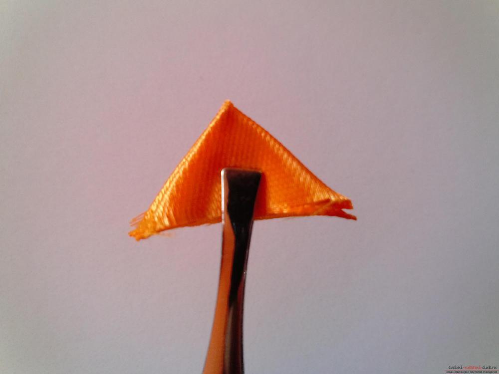 Этот мастер-класс научит как сделать брошь из георгиевской ленты, оригинально украсят которую цветы канзаши.. Фото №5