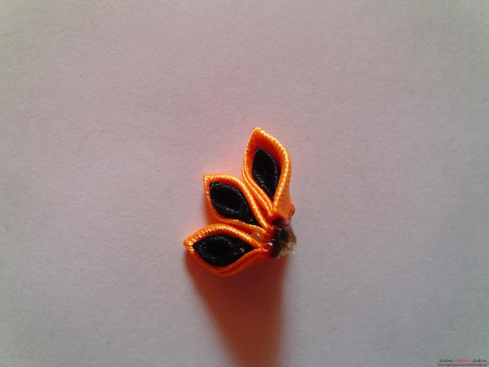 Этот мастер-класс научит как сделать брошь из георгиевской ленты, оригинально украсят которую цветы канзаши.. Фото №9