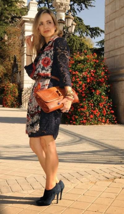 однотонное платье и палантин с цветочным принтом