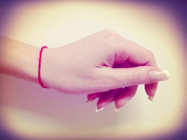 Красная нить на запястье что значит