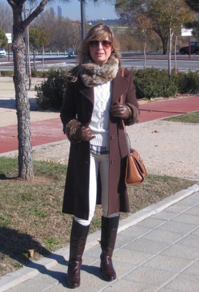 пальто в зимнем луке 50-летней