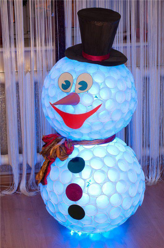 Снеговик из пластиковых стаканов.