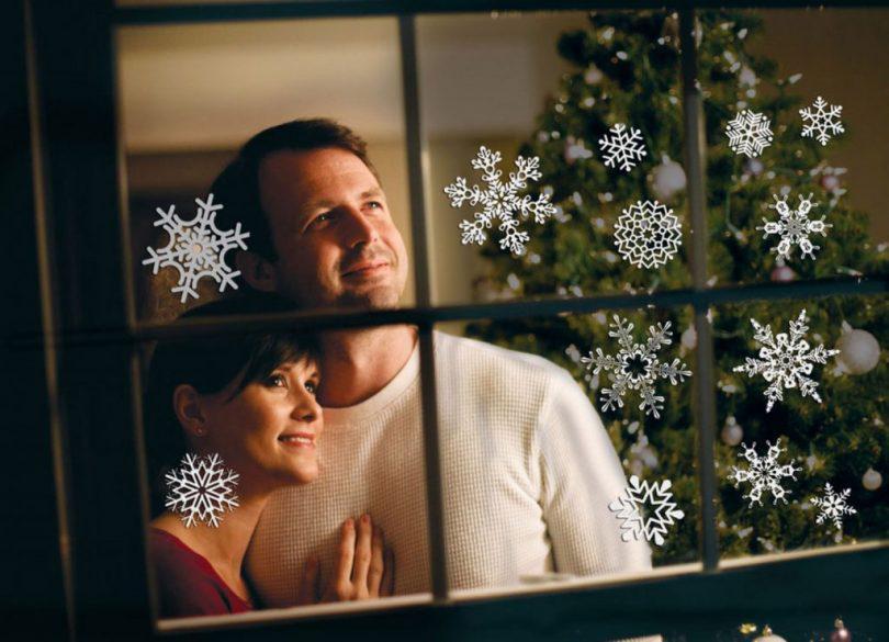 Чем приклеивать снежинки на окно?