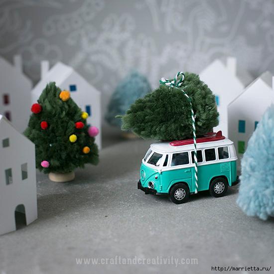 Миниатюрные новогодние елочки из помпонов