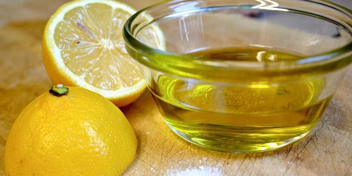 Половинки лимона и оливковое масло