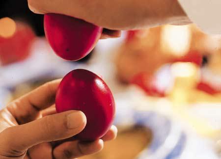бить пасхальные яйца
